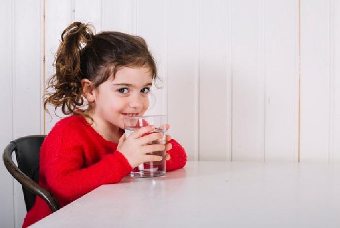 3 Manfaat Balita Minum dari Gelas. Ajarkan Yuk, Moms!