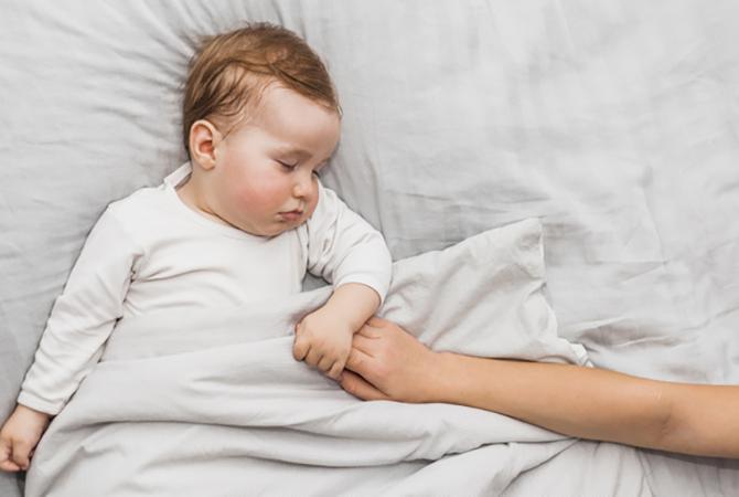 Cara Melatih Bayi Tidur Sendiri