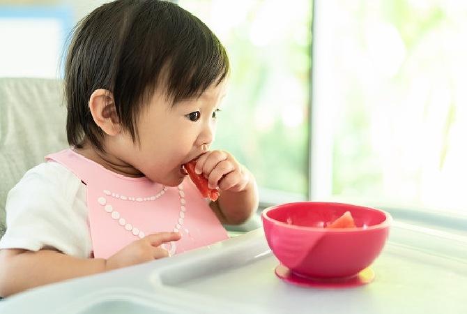 Ternyata Mudah, Ini Cara Mengajarkan Bayi Makan Sendiri