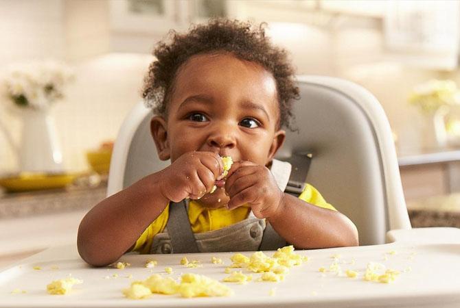 Tips mengajarkan Si Kecil Makan Sendiri